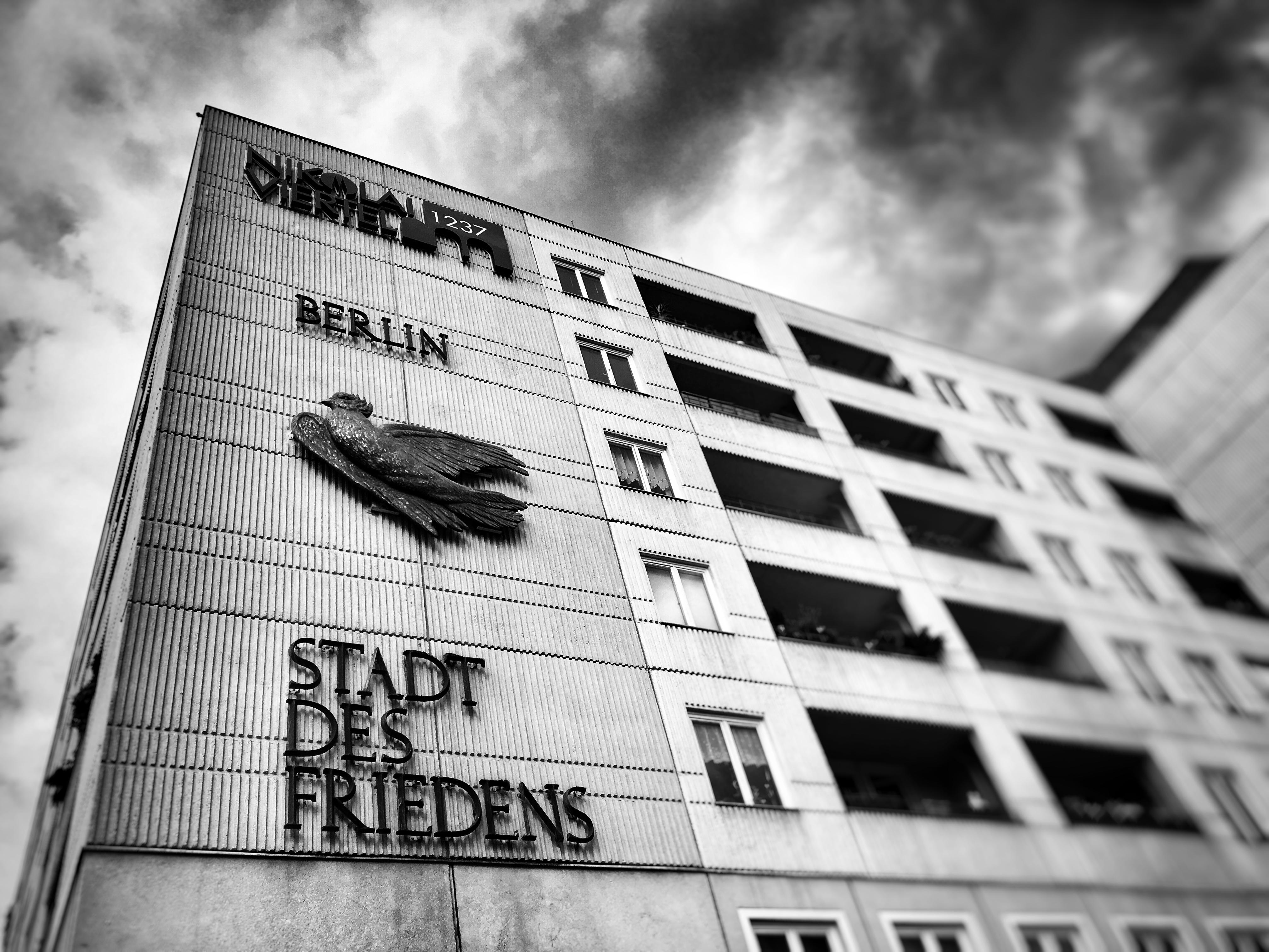 """Plattenbauten im Nikolaiviertel mit Schriftzug """"Berlin Stadt des Friedens"""""""